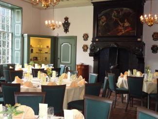 Charitatenkamer ingericht voor een diner